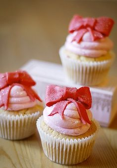 valentines cupcakes with fondant bows