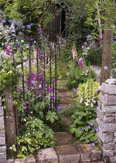 Portti on puutarhan käyntikortti ja lisää puutarhan persoonallisuutta. Katso Viherpihan inspiroivat ideat portin valintaan.