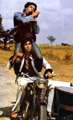 SHOLAY, film still, amitabh bachchan These are the first two from which I learned what friendship is about :) I still dedicate a very special spot of my heart for friendship because of this movie! Old Bollywood Movies, Bollywood Posters, Vintage Bollywood, Bollywood Actors, Bollywood Celebrities, Bollywood Fashion, Indiana, Packers And Movers, Amitabh Bachchan
