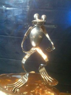 Frog made by idiot! Fork Art, Spoon Art, Fork Crafts, Metal Crafts, Metal Projects, Art Projects, Yard Sculptures, Silverware Art, Trash Art