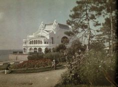 vintage everyday: 27 Rare and Fascinating Color Photographs of Romania in the 1930 - People work in the gardens outside a beach side casino (Constanta). Time Travel, Old Photos, 1930s, Taj Mahal, Entertainment, Mansions, World, House Styles, Beach