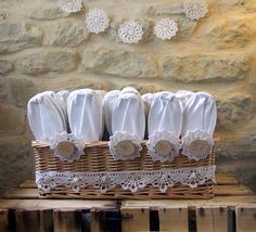 Buffet de chucherías: Alpargatas para tus invitadas. White Christmas, Napkin Rings, Buffet, Birthday, Wedding Planners, Gifts, Favors, Wedding Ideas, Wedding Stuff