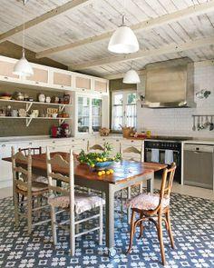 modern rustic country kitchen via Nuevo Estilo Rustic Country Kitchens, Country Decor, Eat In Kitchen, Kitchen Dining, Rustic Wood Decor, Kitchen Flooring, Kitchen Interior, Sweet Home, Interior Design
