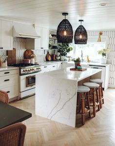 5 Kitchen Styling Tips Kitchen Dinning Room, Kitchen Decor, Design Kitchen, Kitchen Items, Kitchen Shelves, Happy Kitchen, Kitchen Styling, Kitchen Furniture, Home Kitchens