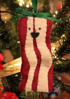 Bacon tree ornament...omg...my son LOVES bacon...have to make one to hang on the tree this year just for fun!  I bet we all have someone in our family who LOVES bacon...