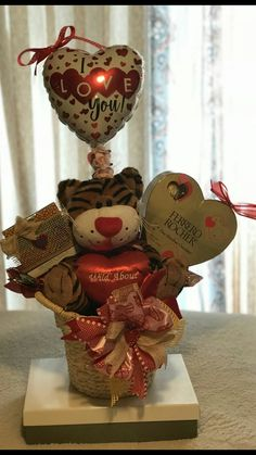 New basket decoration hamper Ideas Valentines Day Baskets, Valentines Flowers, Valentines Gifts For Boyfriend, Valentine Day Crafts, Valentine Decorations, Boyfriend Gifts, Valentine's Day Gift Baskets, Basket Gift, Birthday Crafts
