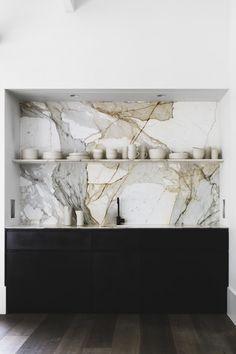 Kitchen Makeover dreaming. Marble backsplash, matte black faucet, back kitchen cabinets and open shelving. #kitchenmakeover #kitchen #blackfaucet