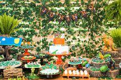 Um decor selvagem e cheio de dinossauros foi o pedido do Junino para a Partiê Festas. Vem ver as fotos da mesa de doces rústica e divertida
