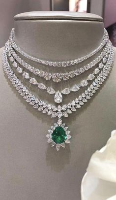 A beautiful diamond and emerald necklace. Source by nikkibraar Necklaces Cute Jewelry, Wedding Jewelry, Jewelry Necklaces, Jewellery Box, Diamond Necklaces, Diamond Jewelry, Emerald Jewelry, Indian Diamond Necklace, Silver Jewelry
