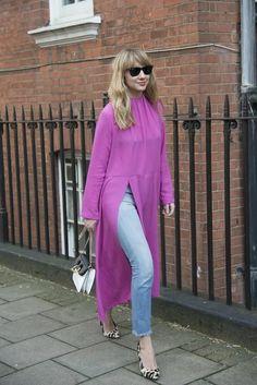 Новый тренд - джинсы с платьем: 10 стильных сочетаний