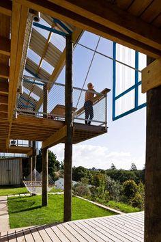 Dogbox is a House on a Steep Whanganui Hillside / New Zealand