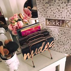 Que tal esta idea? organizador de paletas de maquiagens #makeupideas #palettes #eyeshadow #makeuplover