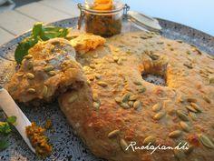 Kokkaa ja kuvaa kurssin satoa tämäkin eli mehevä vaalea reikäleipä sekä porkkanapestoa, porkkanapeston  teinkin jo Ruokapankkiin aika...