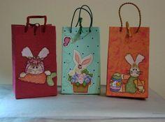 Aprenda a fazer sacolas com caixa de leite , úteis para lembrancinhas e presentes! Além de serem fáceis de fazer, as sacolas tem baixo custo, pois vai utilizar itens que você possivelmente terá em casa e sua criatividade! Confira algumas ideias que separamos para você conhecer melhor:     Confira o passo a… Paper Doilies, Bunny Rabbit, Paper Shopping Bag, Bookmarks, Party Favors, Recycling, Reusable Tote Bags, Tetra Pak, Toque