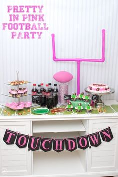 Planen Sie das perfekte Pretty in Pink Football Party - Pink Cake Decoration Ideen Pink Football, Football Birthday, Texans Football, Football Design, Sport Football, Soccer, Zombie Birthday Parties, Zombie Party, Super Bowl Party