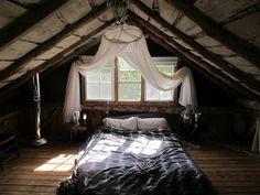ロータイプのベッドなら、天井がやや低い屋根裏でも快適に過ごせますね。 こんな朝日を浴びられたら、一日中気持ちよいでしょうね。