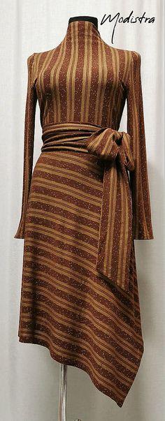 Komfortné jesenné šaty z úpletu s pruhovanou potlačou, prestrihnuté v páse,asymetrická polkruhová sukňa so šikmým strihaním, prinechaný stojáčik, zadné kryté zipsové zapína... Peplum Dress, Fashion Design, Dresses, Vestidos, Dress, Gown, Peplum Dresses, Outfits, Dressy Outfits
