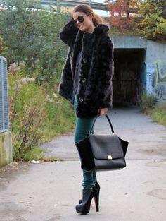 Never Naked: kåpe og smykker, Just Female: topp og jeans  Celine: veske, Christian Louboutin: sko, Ebay: solbriller