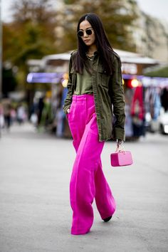 Attendees at Paris Fashion Week Spring 2020 - Street Fashion Source by relmstyle Fall Fashion 2020 Look Street Style, Street Style Trends, Spring Street Style, Milano Fashion Week, Paris Fashion, Autumn Fashion, Spring Fashion, Cool Street Fashion, Street Chic