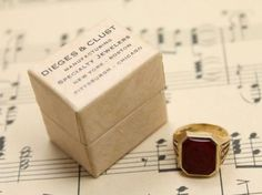 Charming-Vintage-1940-Solid-Gold-Carved-Agate-Vassar-College-Class-Ring