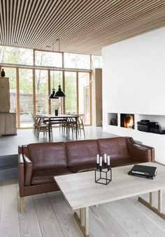 En moderne fortolkning af et hus Nordic living room with leather couch and wooden coffee table by the Danish designer Boerge Mogensen. Nordic Living Room, Cozy Living Rooms, Interior Design Living Room, Living Room Furniture, Living Room Decor, 1960s House, Metal Barn Homes, Casa Patio, Home Gym Design