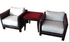 Dos clásicos que se adaptan a cualquier ambiente. Comodidad y estética minimalista en los sillones tapizados en croco ecólogico con almohadones en chenille. Los acompaña una mesa de línea bien neutra construída en madera con tapa central de vidrio. Love Seat, Couch, Furniture, Home Decor, Environment, Classic Furniture, Custom Furniture, Couches, Yurts