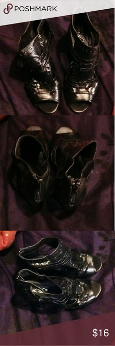 Cute wedge heels Black wedge heels only worn once and in good condition and shape Shoes Wedges