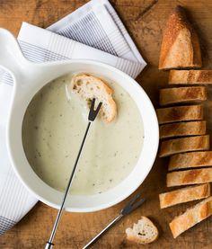 Fondue aux trois fromages | Recettes d'ici Fondue Raclette, Vinaigrette, Cheddar, Sauce Salsa, Keto, Lunch, Cheese, Ecuador, Kitchen