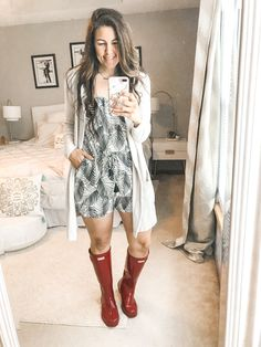 Rainy season is here, making it hard to figure out what to wear. I have put together 10 simple and easy rainy day outfits with your rain boots. Rainy Day Outfit For Spring, Cute Rainy Day Outfits, Rainy Day Outfit For School, Summer Outfits For Moms, Rainy Day Fashion, Mom Outfits, Simple Outfits, Spring Outfits, Outfit Of The Day