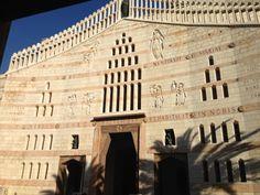XAIPE MAPIA. I luoghi di culto in Terrasanta sorgono attorno ai posti in cui é vissuto Gesù. L'attuale Basilica dell'Annunciazione risale al 1969 ma scavi archeologici evidenziano la stratificazione delle varie chiese succedutesi in loco: al primissimo impianto giudeo-cristiano si sovrappone una basilica bizantina, distrutta dai persiani. Nel 1130 il  principe Tancredi fa costruire una  basilica crociata, abbattuta dal sultano Baibars nel 1263.  Nel 1600 circa diventa proprietà dei…