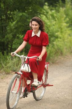 Red rider- epitome of classic red and cycle chic. Cycle Chic, 1940s Fashion, Vintage Fashion, Style Fashion, Karl Lagerfeld, Pin Up, Small Town Girl, Bicycle Girl, Bike Style