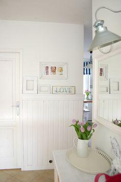 My little white Home: Biała boazeria w przedpokoju