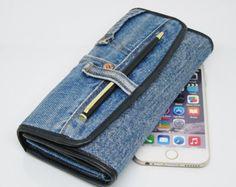 Best 11 Jeans porta celular on instaview. Diy Wallet, Pocket Wallet, Artisanats Denim, Denim Crafts, Fabric Bags, Organizer, Zipper Pouch, Purses And Handbags, Clutch Bag