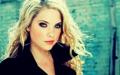 Ashley Benson smoky eye. I literally can't figure out how blue-eyed blondes do this without looking like a hoe. OMG soo PRETTY!<3