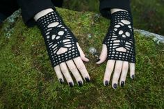 Crochet skull gloves. Free pattern in our blog!