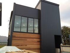 画像 : ガルバリウムと木を組み合わせたおしゃれ外壁の家の画像集(木目 紺 黒 色 目隠し 塗装 - NAVER まとめ