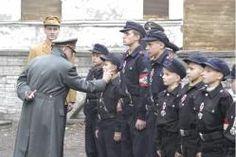El hundimiento (2004) Berlín, abril de 1945. En las calles de Berlín se libra una encarnizada batalla. Hitler y sus fieles se han atrincherado en un búnker. Entre ellos se encuentra Traudl Junge, la secretaria personal del Führer. En el exterior, la situación se recrudece. A pesar de que Berlín ya no puede resistir más, Hitler se niega a abandonar la ciudad y, acompañado de Eva Braun, prepara su despedida