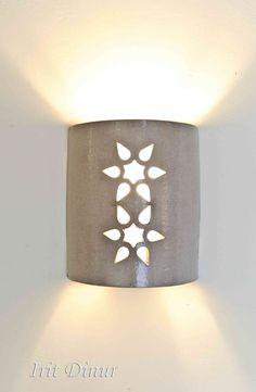 """גוף תאורה צמוד קיר מקרמיקה אפורה עם גלזורה מט. מידות: 20*16 ס""""מ. תאורה עליונה ותחתונה. ניתן להזמין בצבעים ובכמויות שונות. Lamp Shades, Light Shades, Lampe Applique, Outdoor Light Fixtures, Light Crafts, Slab Pottery, Clay Design, Clay Art, Modern Lighting"""