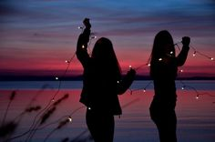 sunset sunrise beach shadows sunlight silhouettes fairy lights bffs best friends inspo inspiration girls photos photography pictures