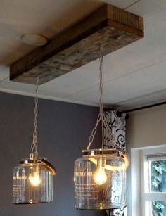 Steigerhout-plank aan plafon voor ophanging lamp..