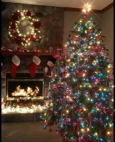 21 christmas apartment decor ideas about best christmas tree 1 Christmas Scenes, Noel Christmas, Simple Christmas, Merry Christmas Images, Christmas Night, Country Christmas, Christmas Ornaments, Christmas Lights Background, Christmas House Lights