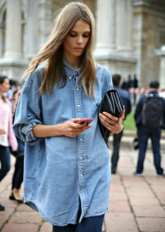 We love the denim shirt trend as they look stylish as part of ANY outfit! If you're unsure of how to wear it, here are some top tips on how to style your denim shirt. Camisa Oversized, Oversized Denim Shirt, Long Denim Shirt, Oversized Clothing, Street Style Outfits, Street Chic, Denim Fashion, Look Fashion, Chambray Shirts