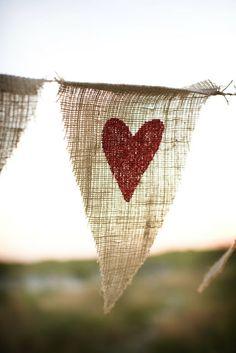 Banderín de arpillera con estampa de corazón.