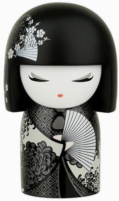 On m'appelle Shigemi. Ma faculté est l'énergie. Mon esprit incarne la fougue et l'enthousiasme.   Avec ta nature passionnée et ton enthousiasme sans réserve dans tout ce que tu fais, tu partages les dons de mon esprit.  Cultive ton audace tout au long de ta vie et que ta compagnie illumine le monde de joie.