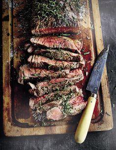 Recette Pièce de bœuf grillée : 1 h avant, préparez un feu de cheminée avec des copeaux de ceps de vigne.Sortez la viande du réfrigérateur, enduisez-la d...