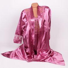 Стилен дамски комплект от сатен - халат и нощница. Халатът е с дължина малко над глезена, изработен от сатен в пепелно розов цвят с декорация от фина дантела на ръкавите и в горната предна част. Нощницата също е изработена от сатен в пепелно розово с тънки коригиращи се презрамки и тънки връзки на гърба.