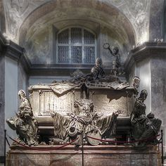On their communal tomb in the Imperial Crypt, Empress Maria Theresa and her spouse are shown suddenly awakening like from a dream, tacitly happy about their eternal reunification.