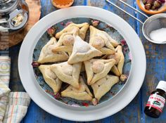 Triunghiuri marocane cu migdale – reteta video No Cook Desserts, Hummus, Meat, Chicken, Cooking, Ethnic Recipes, Paste, Food, Kitchen