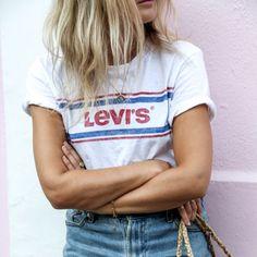 Es gehört zu den absoluten Mode-Must-haves und ist obendrein auch noch herrlich günstig: das weiße T-Shirt. Wie modische Frauen das Basic jetzt kombinieren und welche Shirts Trend sind...
