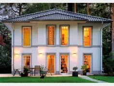 Fassadengestaltung beispiele mediterran  Farbige Akzente an der Fassade - hier in Braun. #Haus #Fassade ...